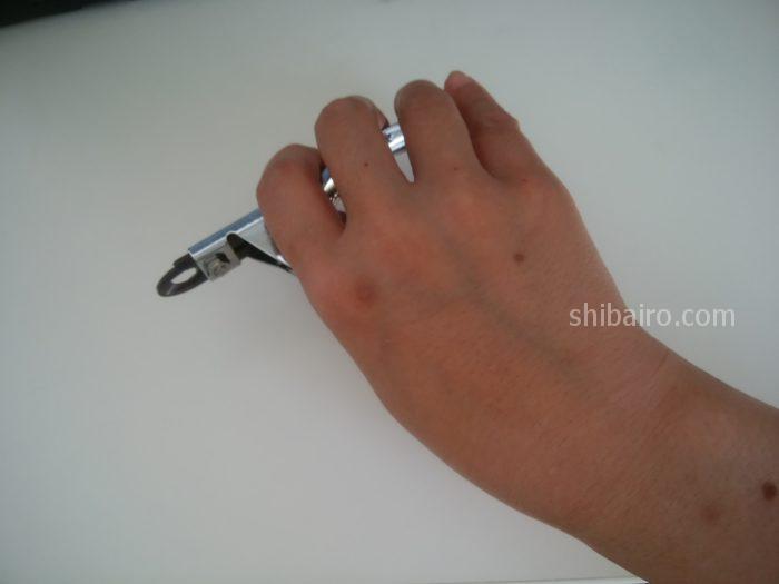 ギロチン式の爪切りの持ち方