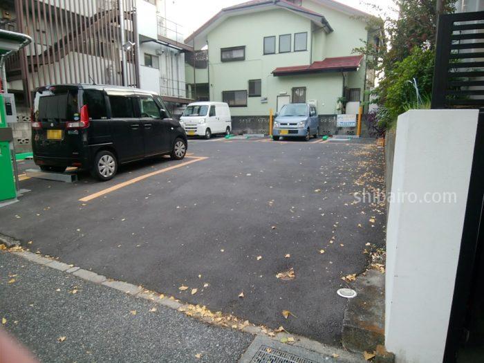 ルーシーズベーカリーの近くの駐車場